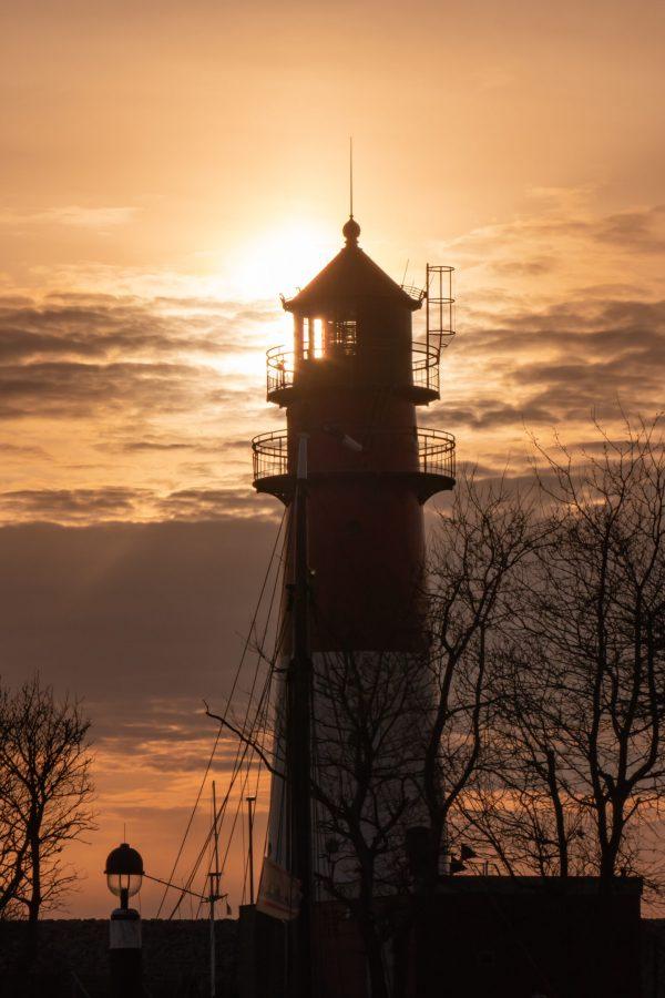 Nordseekerl- Über uns - Leuchtturm bei Sonnenuntergang